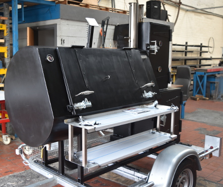 Que Fresco Catering Trailer Smoker